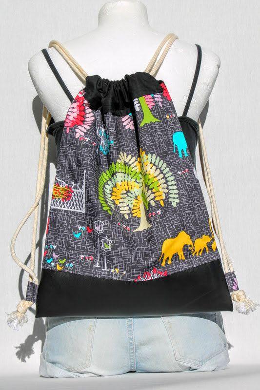 Guarda questo articolo nel mio negozio Etsy https://www.etsy.com/it/listing/461151076/zaino-nero-con-fantasia-elefanti