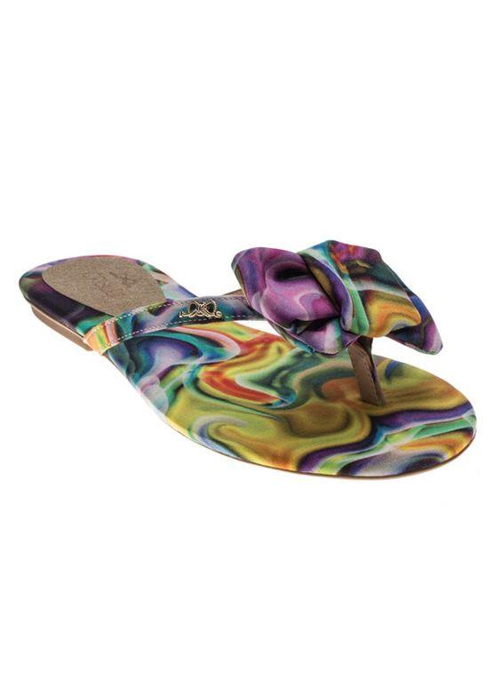 Chinelinho de tiras finas com tecido estampado e aplicação de laço no dorso do pé. Crislli verão 2015