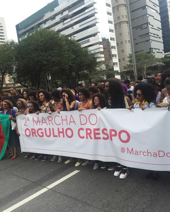 Tá lindo isso aqui! Fiz transmissão ao vivo no meu Facebook pessoal quem não pode vir dá pra ter uma sensação do que tá sendo isso  #marchadocabelocrespo