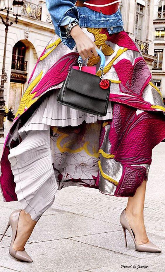 Dior- Su estilo bohemio, romántico y rockanrolero recrea una propuesta ecléctica que fusiona innumerables estampados, con una variada gama de texturas y colores.  Cada colección encuentra inspiración en diferentes culturas y décadas, en el arte, en la música y viajes por el mundo, que indudablemente marcaron su identidad libre, aventurera y ultra femenina.