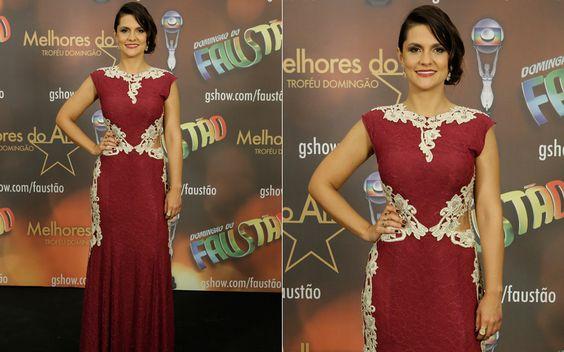 Paula Barbosa mistura rendas brancas no vestido vermelho
