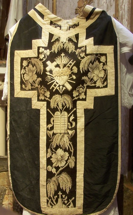 http://dic.academic.ru/pictures/wiki/files/67/Chasuble_noire_-_Cath%C3%A9drale_de_Lombez.jpg