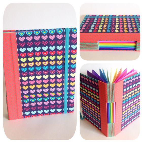 Caderno com costura Longstich Buttonhole (aparente). Capa e tecido importado. Lombada em tecido nacional. Miolo em papel 120g, com 11 cores, 44 folhas.