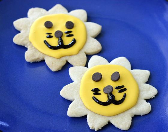Super easy decorated lion cookies made with a flower cookie cutter via Kidsfunreviewed.com