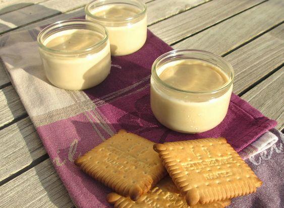 Creme biscuits 5 Petit Beurre© (40 g) 15 g de maïzena 60 g de sucre roux 1 œuf 400 g de lait entier 100 g de crème liquide allégée Dans le bol du Thermomix, mixer les biscuits 5 secondes, vitesse 7. Ajouter les ingrédients secs et mélanger 5 secondes, vitesse 3. Terminer par l'œuf, le lait et la crème, et programmer 15 secondes, vitesse 4 : le mélange doit être bien homogène. Cuire la crème 10 minutes, 90°, vitesse 3. Mettre en pots, puis au réfrigérateur