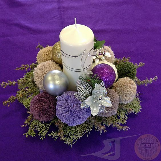 Centro de mesa realizado con pompones de lana plantas arom ticas bolas de navidad y una vela - Velas decoradas para navidad ...