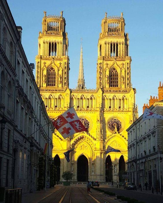 La cathédrale a changé de couleur. Merci lucie Gaudet pour cette magnifique photo !!