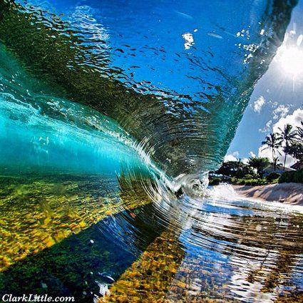 ハワイの透き通ったビックウェーブ