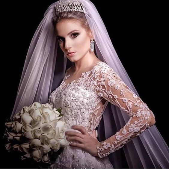 {#noiva} Começando o dia com a linda noiva princesa Lais Martinelli! 👰👑  Foto Ricardo Fontana!  www.quemcasaquerdicas.com