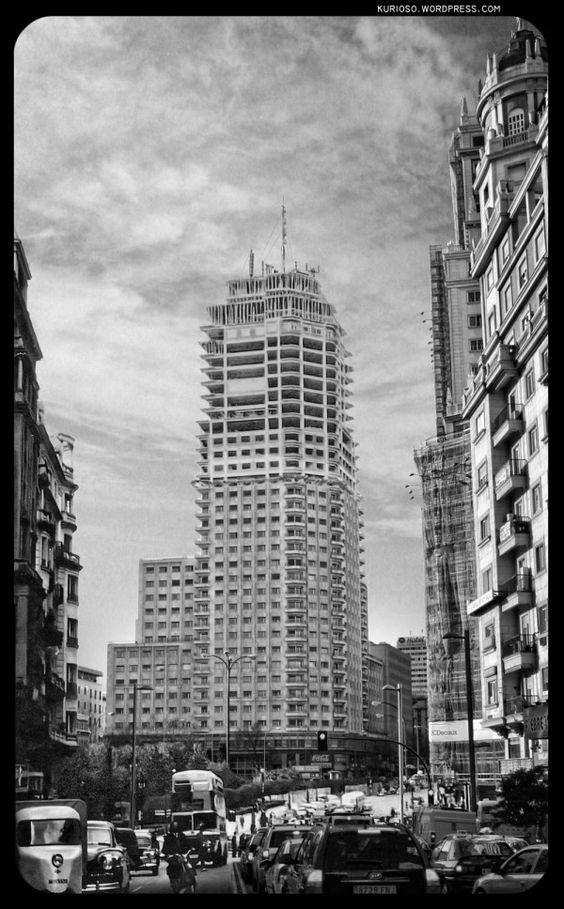 """Madrid 1957 - Torre de Madrid - D. José María Otamendi de la """"Compañía Metropolitana"""" fue el mecenas que construyó la Famosa Torre de Madrid. Culminando vistas al final de la Gran Vía. En 1957, a media construcción, compartía obra con la primera gran rehabilitación integral de su hermano, el Edificio España (obra de más de 50 años). Una remodelación que pondrá en el mercado 319 nuevas viviendas de lujo.:"""