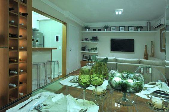 Os móveis de parede são perfeitos para   destacar peças de decoração sem tomar espaço do seu living.  Esta adega pode  também  se transformar em um moderno expositor para  os copos de crista! http://ow.ly/dlrX3