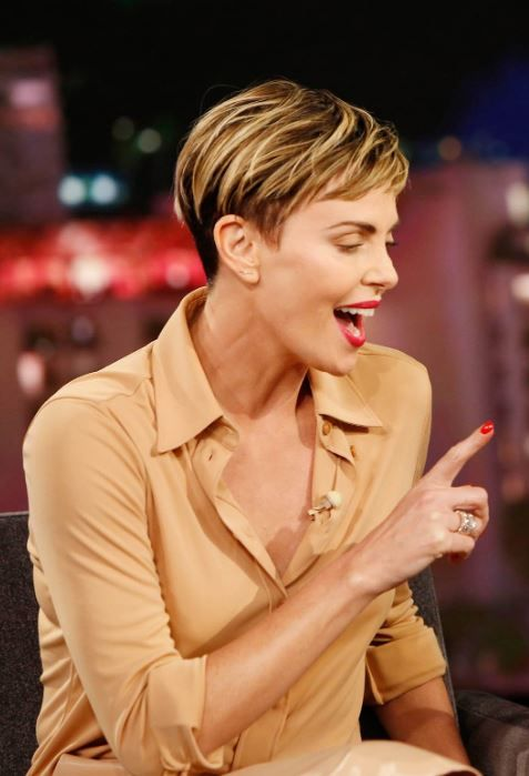 Pin By Olli Style On Charlize Theron Charlize Theron Short Hair Short Hair Styles Charlize Theron Hair