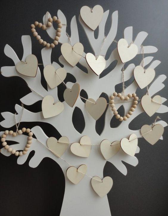 """Voor het bruidspaar! I.p.v. een saai gastenboek een """"gastenboom""""! Iedereen schrijft zijn gelukwensen op de hartjes van hout en hangt deze in de boom."""