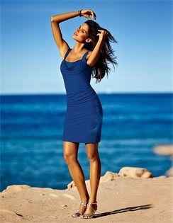 Strandkleid mit Shape-Effekt, Sandalette mit hohem Absatz