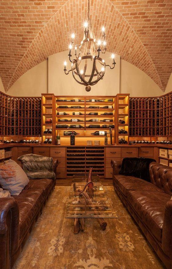 Grande cave à vin aménagée comme un salon avec deux grands canapés