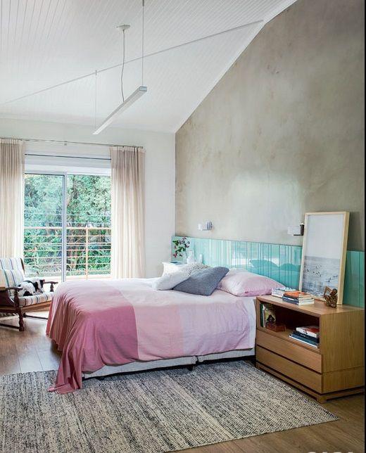 cabeceira colorida sobre parede de concreto
