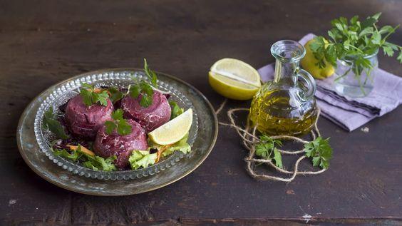 Gli sformatini di cavolfiore e bresaola sono un leggero e gustoso antipasto, possono però essere consumati anche come secondo o come piatto unico aumentandone la quantità. Accompagnateli con insalata fresca mista per completare il piatto.    Completate gli sformatini con un filo d'olio extravergine d'oliva e del succo di limone.  Ottimi per tenersi in forma con gusto.