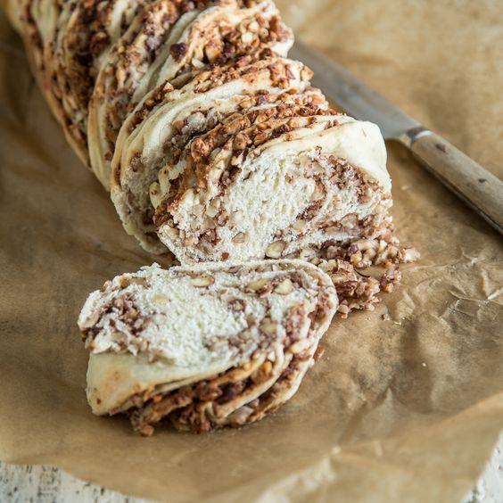 Welch großartige Frühstücksfreude zum Wochenende! Locker-leichter Hefeteig – bestrichen mit einer feinen Nussfüllung, gedreht zu einem herrlichen Zopf.