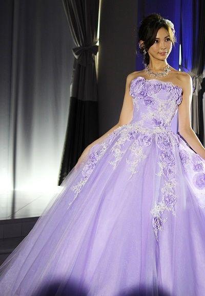 押切もえパープルの可愛らしいドレス姿