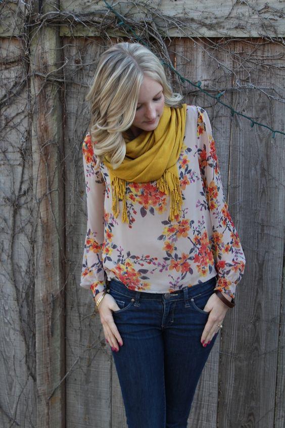 blusa floreada a colores y mascada amarilla