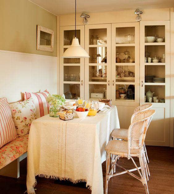 Comedor country con banco sillas de mimbre manteler a vintage cojines cottage y vitrina - Cojines sillas comedor ...