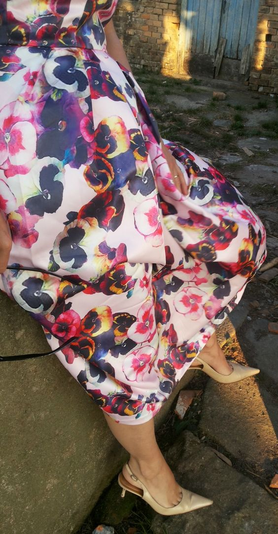 FEMINA - Modéstia e elegância: Vestido ladylike floral da Romwe