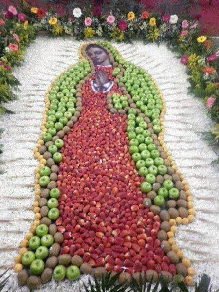 Hermosa alfombra hecha de frutas imagen de la virgen for Imagenes de alfombras
