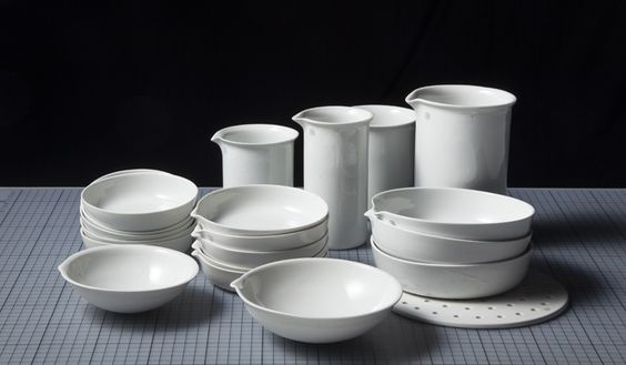 1869年の創業当時は、実用陶磁器・喫煙パイプ・ブレスレットなどの製造をおこなっていた磁器製造メーカー「JIPO」。1947年より本格的に工業用陶器の開発を開始し、後に実験用陶器の製造に特化した。ラボだけでなく一般家庭のキッチン道具としても使えるラインナップを揃える