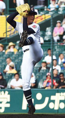甲子園で投げる沖縄尚学のかっこいい高校球児