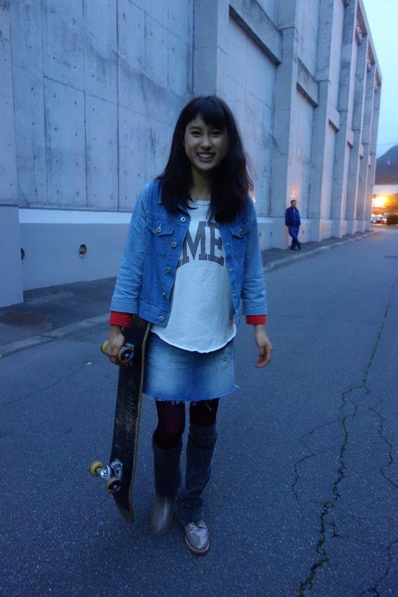 スケートデッキを持った土屋太鳳ちゃん