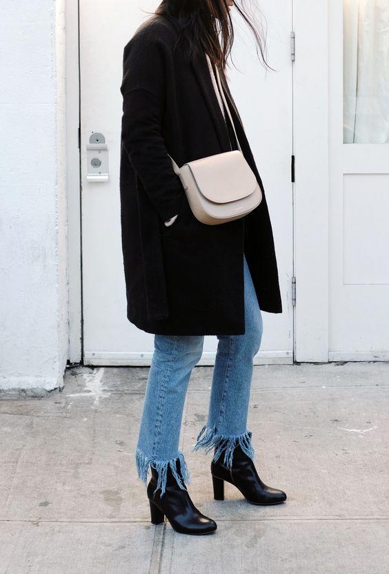 Culottes di jeans strappate (Zara), stivaletti neri in pelle (Civico 306), cappotto nero (Zara), borsa grigio perla (Segue).