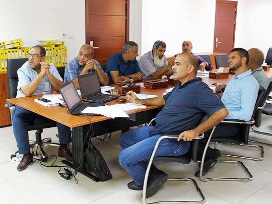 اجتماع لاستعراض الهيكل التنظيمي لشركة الشرارة الذهبية في صورته النهائية Home Decor Desk Home
