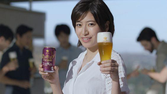 ビールを持つ南沢奈央