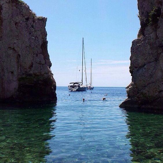 #Stiniva #VisIsland #Croatia ⛵️⚓ From Komiža we set sails towards Stiniva - a lagoon, hidden between the cliffs on the southern shore of Vis island. Here we swam, sunbathed, had lunch and sailed on to Korčula island.⛵️ #5sailsonthego #5sailsgoestocroatia