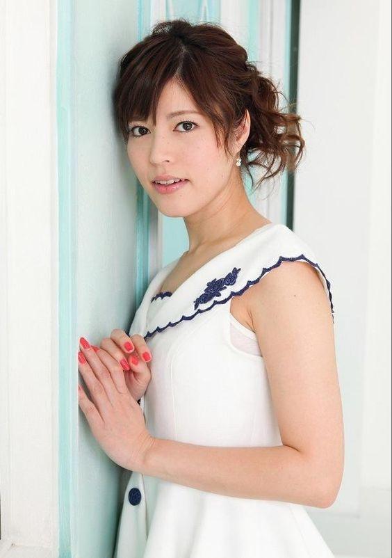 白いワンピースを着て壁にもたれかかっている神田愛花アナのセクシーな表情の画像