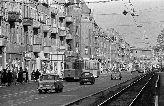 Im September 1990 faehrt eine Strassenbahn der Linie 26 durch die Wilhelminenhofstrasse in Oberschoeneweide