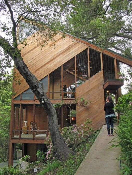 A linha inclinada das colinas é refletida no interior e nas fachadas da Residência Walstrom, projetada por John Lautner. Construída em 1969 nas colinas da Santa Mônica, estado da Califórnia, USA.