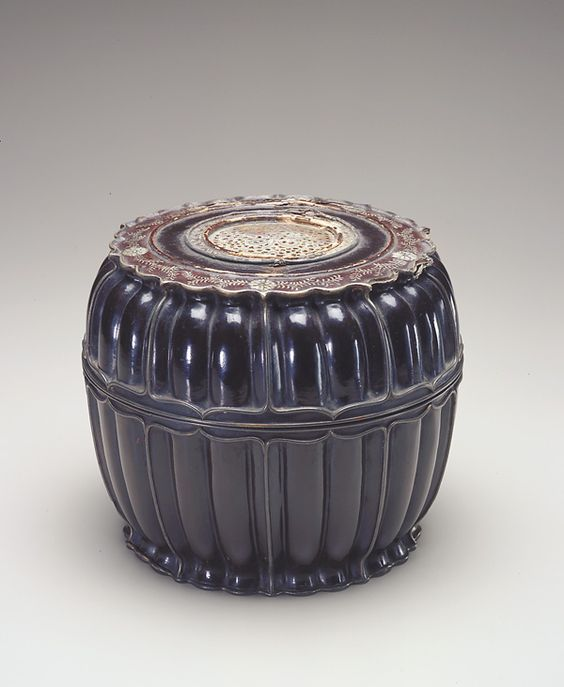 Chinese Art | Round lobed box with mother-of-pearl and wire inlay | S1987.388a-b