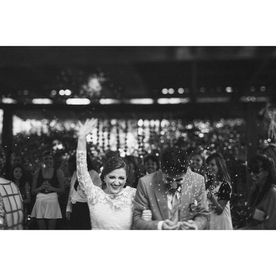 Agora no blog um casamento super Rock'n Roll cheio de inspirações e claro muito amor! A Isa e o Guima optaram por uma cerimônia de tarde com um clima bem despojado e aconchegante. O resultado ficou incrível e as fotos do @lucianomeirellesphotography estão transbordando sentimento! by mariee_weddings