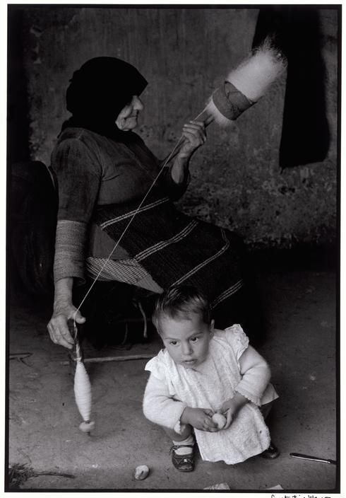 Constantine Manos. Grecia. Creta. 1962. Grandmother carding wool.: