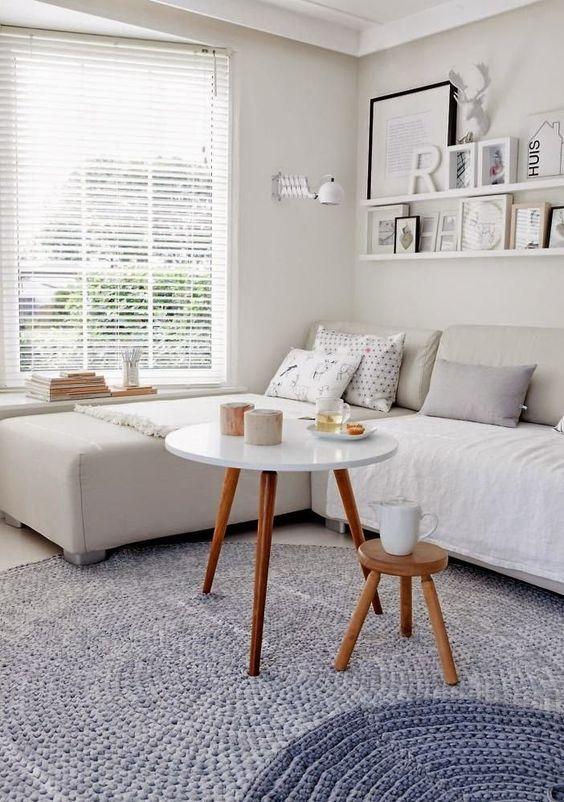 O que me chamou a atenção: a predominância do branco nas paredes, a decoração, mesinhas pés palito e um tapete lindo.