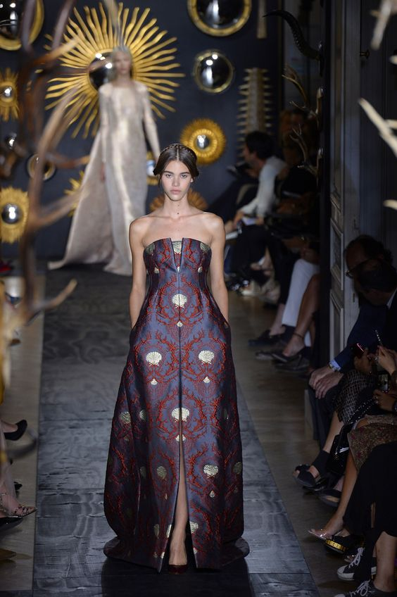 La pasarela fue ocupada por vestidos y como caracteriza a Valentino impecable hasta el último detalle, con mucho encaje y gamuza.