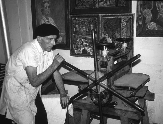Hans Körnig an seiner Tiefdruckpresse in Niederwinkling. Foto: Privat