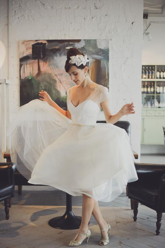 With summer on the way (and hemlines on the up!) we're checking out some of the sweetest tea length wedding dresses for ravishing retro brides.