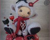 Petite créature elfique en laine cardée et son coussin rouge esprit couture : Autres art par la-fee-chiffonnee