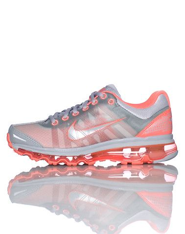 NIKE Lace front closure Low top sneaker Contrasting colors Padded mesh tongue with logo Air Bubble sole design