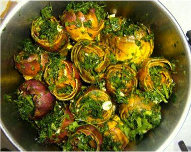 10 alimentos que reducen el colesterol: Manzana, Aceite de Oliva, Berengenas, Alcachofas, Ajo y cebolla, Judia Verde, Soja, Té Verde, Semillas de Lino y Nueces.
