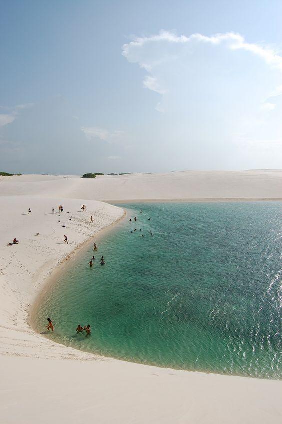 eu poderia apostar que essa lagoinha fica na região dos Lençóis Maranhenses, mas como a foto é sem crédito e legenda, é só aposta...