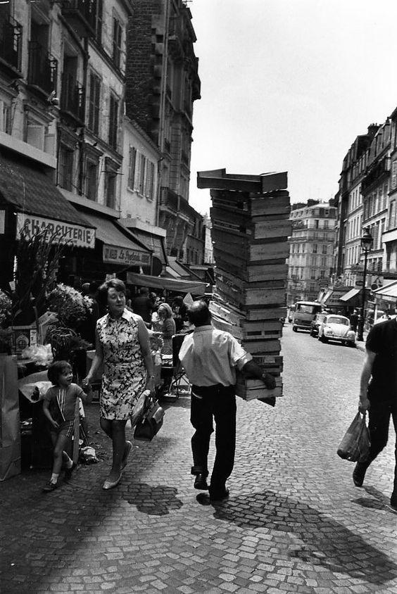 Robert Doisneau // Shops & Traders - Les cageots de la rue Lepic Juin 1969