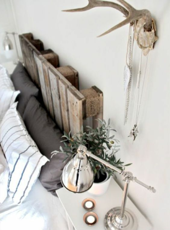 weiße wand und bett mit paletten - sehr kreative gestaltung vom schlafzimmer